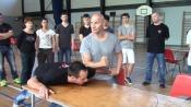 Chłopaczek dostaje bęcki od miszcza kungfu